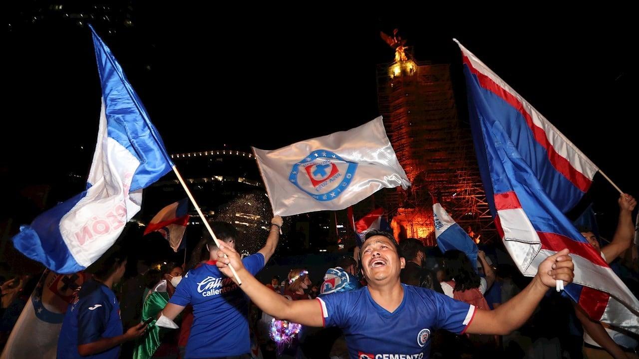 Miles celebran en el Ángel triunfo del Cruz Azul