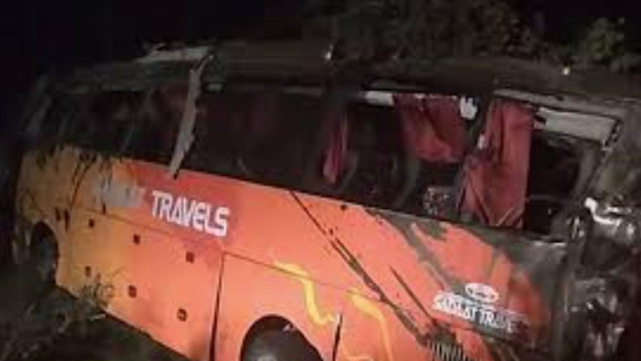 Mueren 13 personas tras volcar un autobús en Pakistán