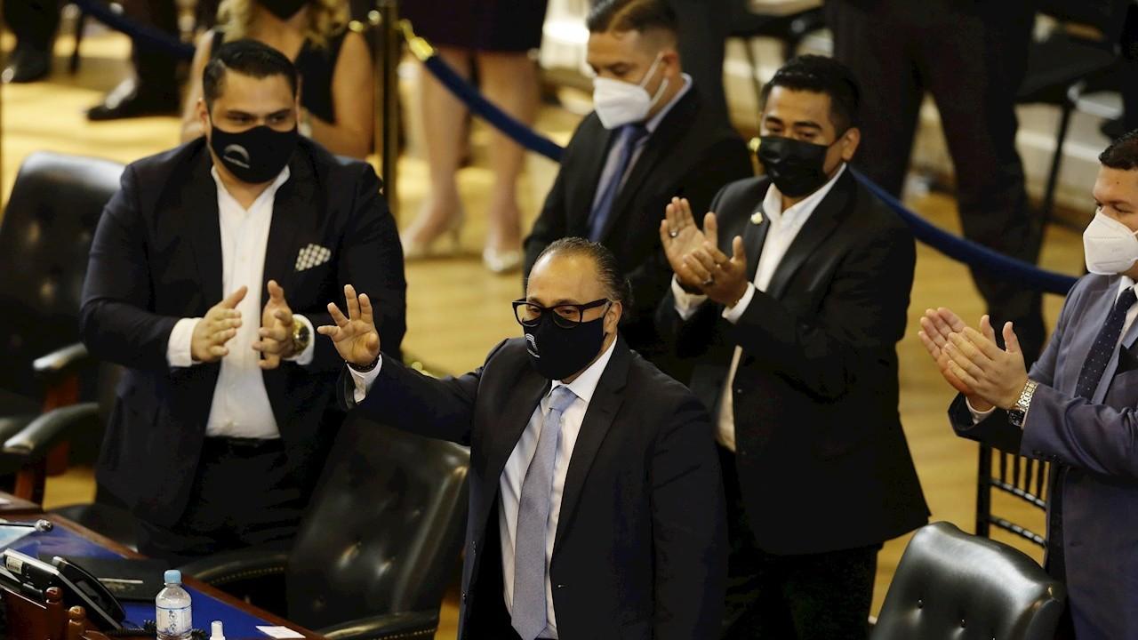 Oficialismo de El Salvador destituye a magistrados de la Corte Suprema