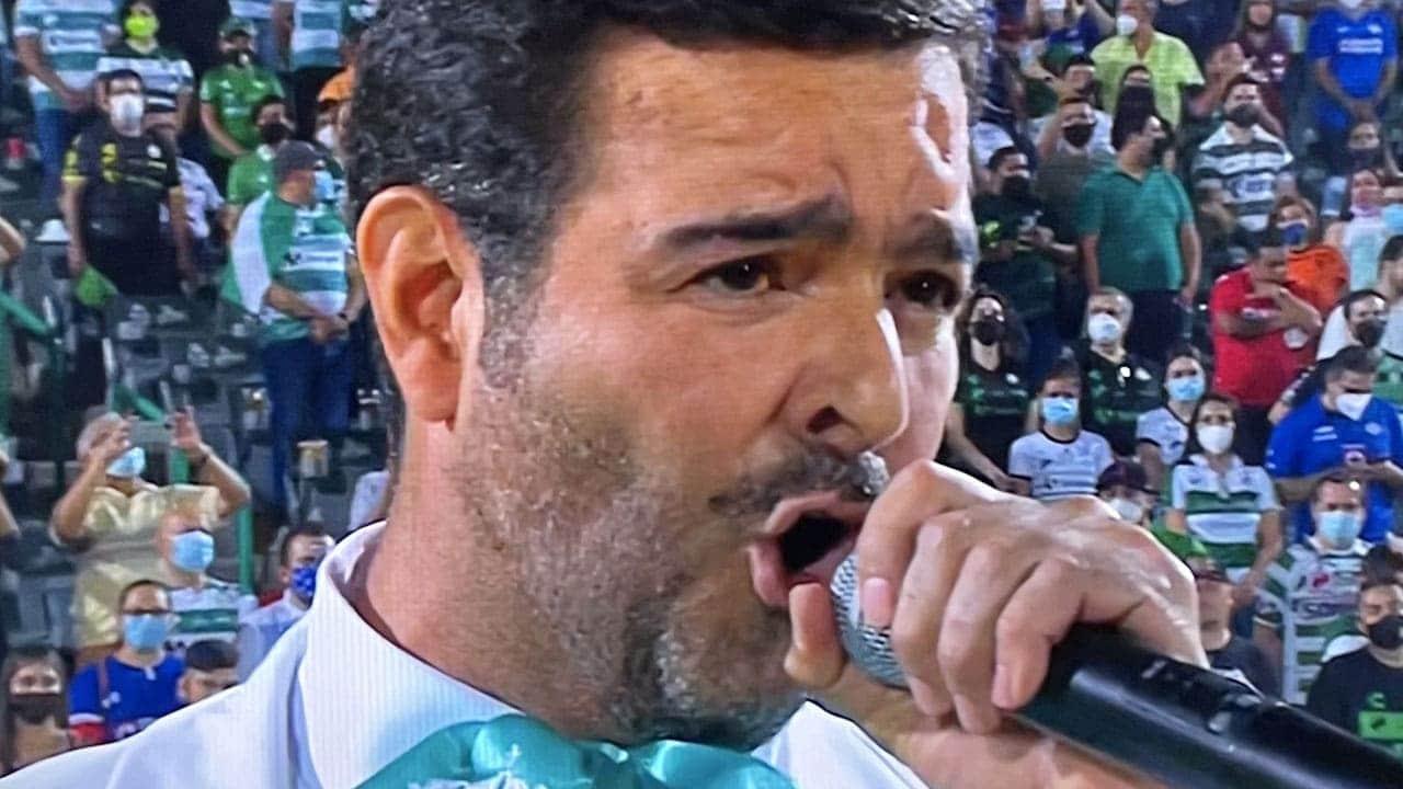 Pablo Montero olvida la letra del Himno Nacional