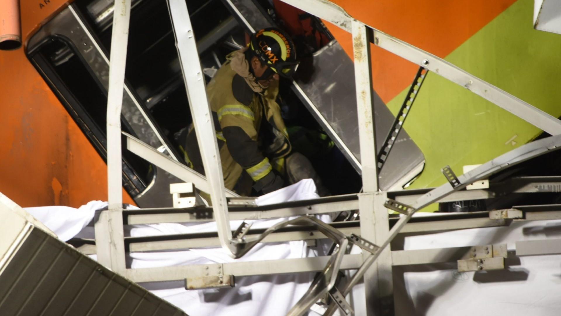 Padre busca a su hijo que podría estar aplastado dentro su carro por el Metro