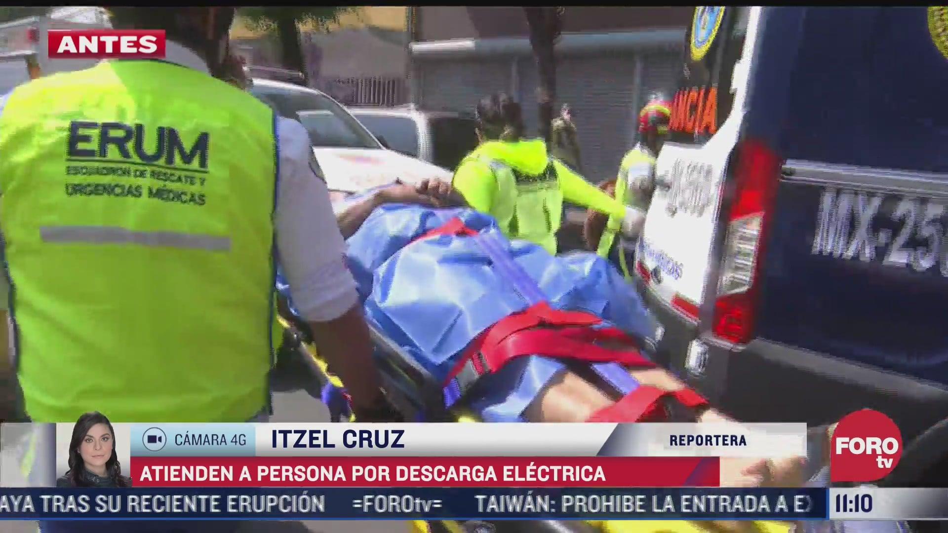 paramedicos atienden a persona por descarga electrica en cdmx