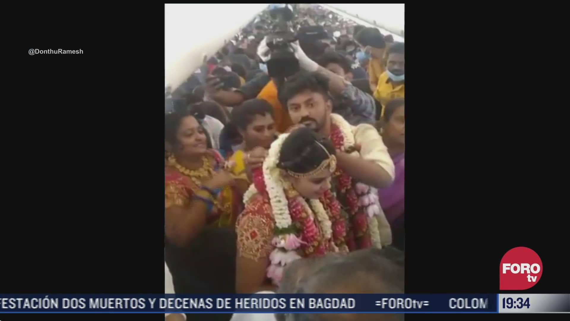 pareja celebra su boda en avion para evitar restricciones covid