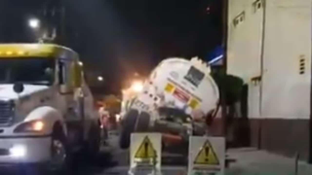 Cae pipa cargada con 30 mil litros de diésel en socavón en la GAM