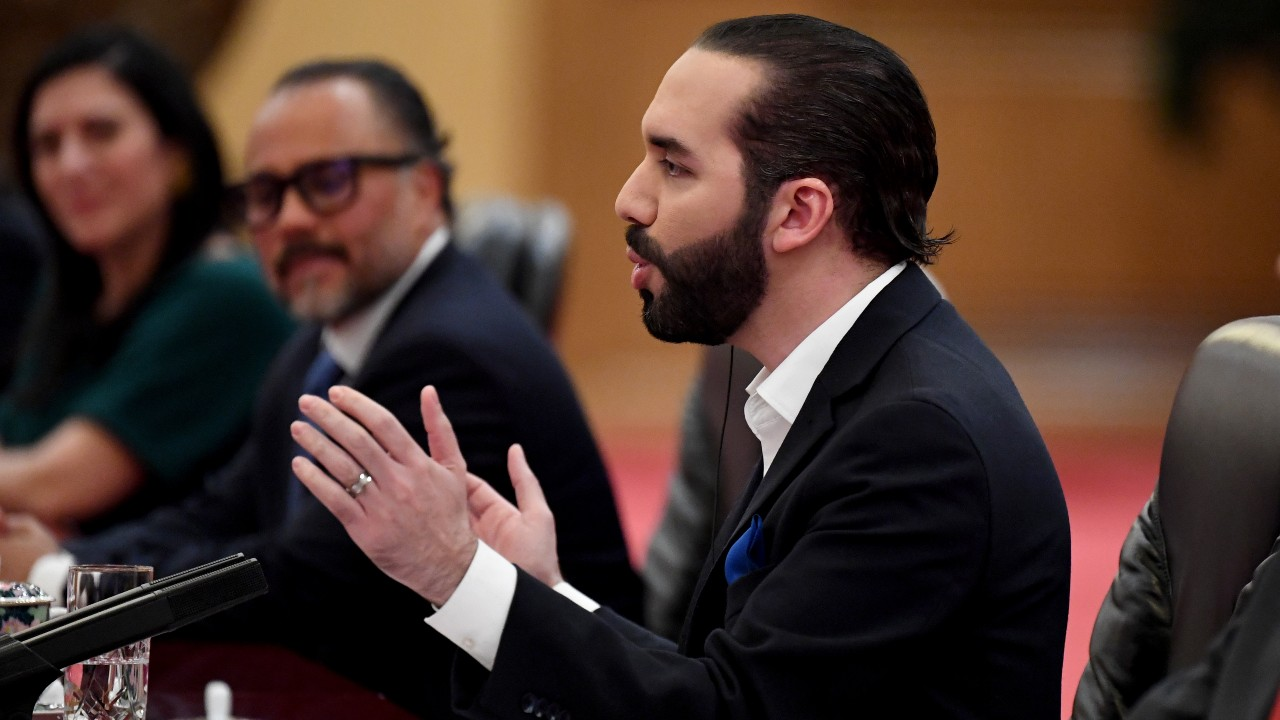 Presidente de El Salvador denuncia amenazas contra aliados tras destitución de magistrados
