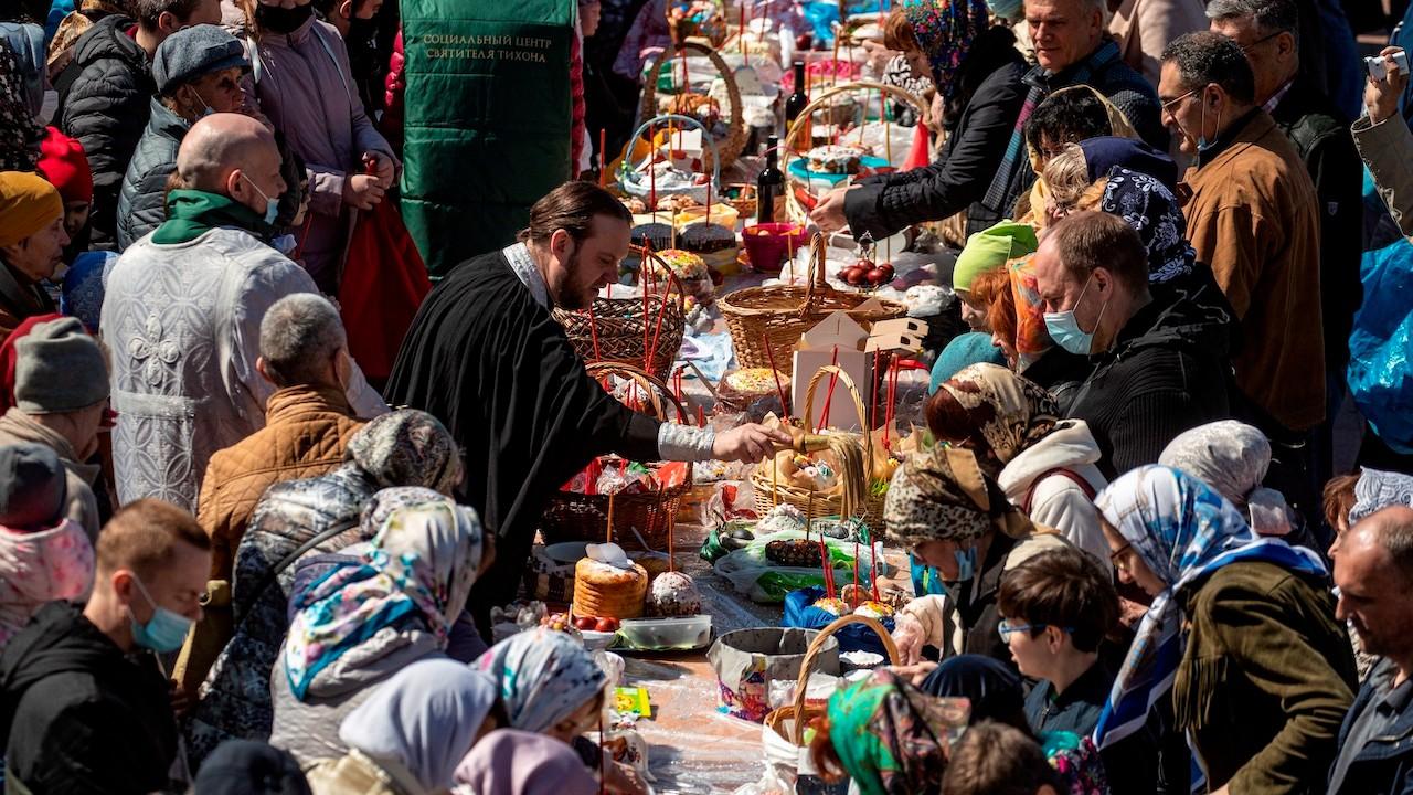 Un sacedote ortodoxo bendice pasteles y huevos de Pascua en en Moscú (EFE)