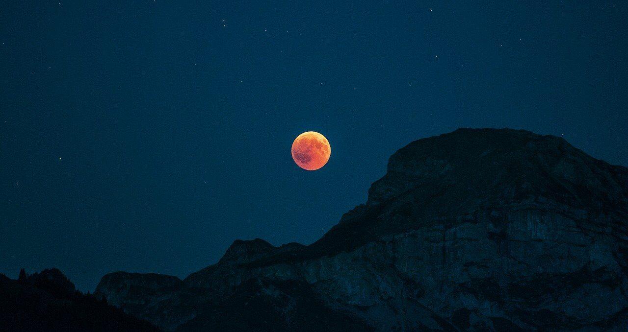 UNAM transmitirá eclipse total de luna de mayo y te decimos donde y a qué hora verlo