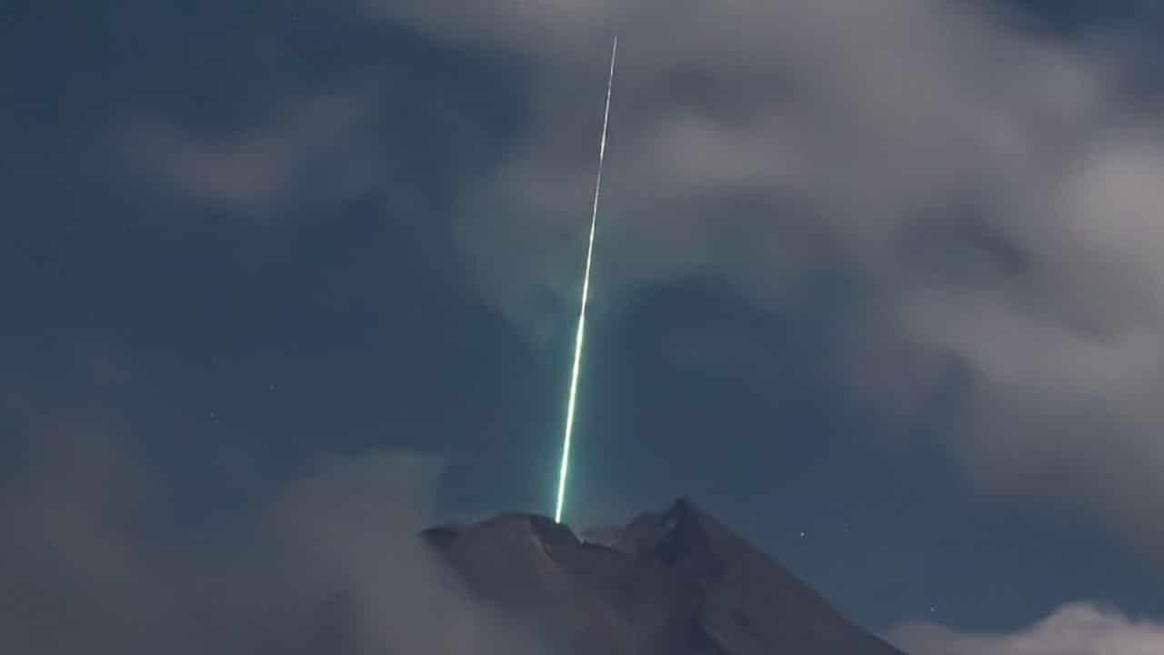Video Meteoro cae sobre el volcán más activo en Indonesia