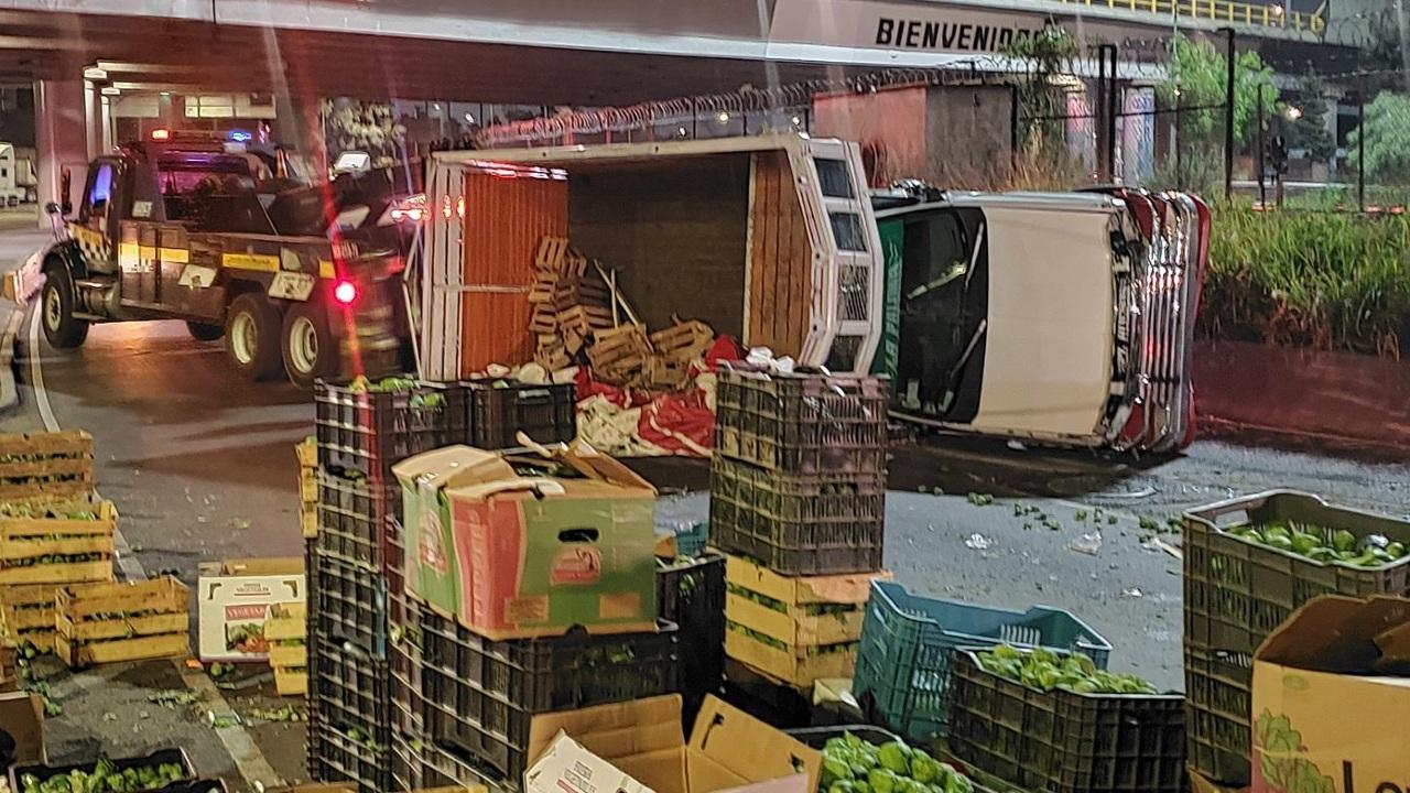 Camión que transportaba verduras volcó en el cruce de las avenidas 412 y 608, en los límites de la alcaldía Gustavo A. Madero y Nezahualcóyotl