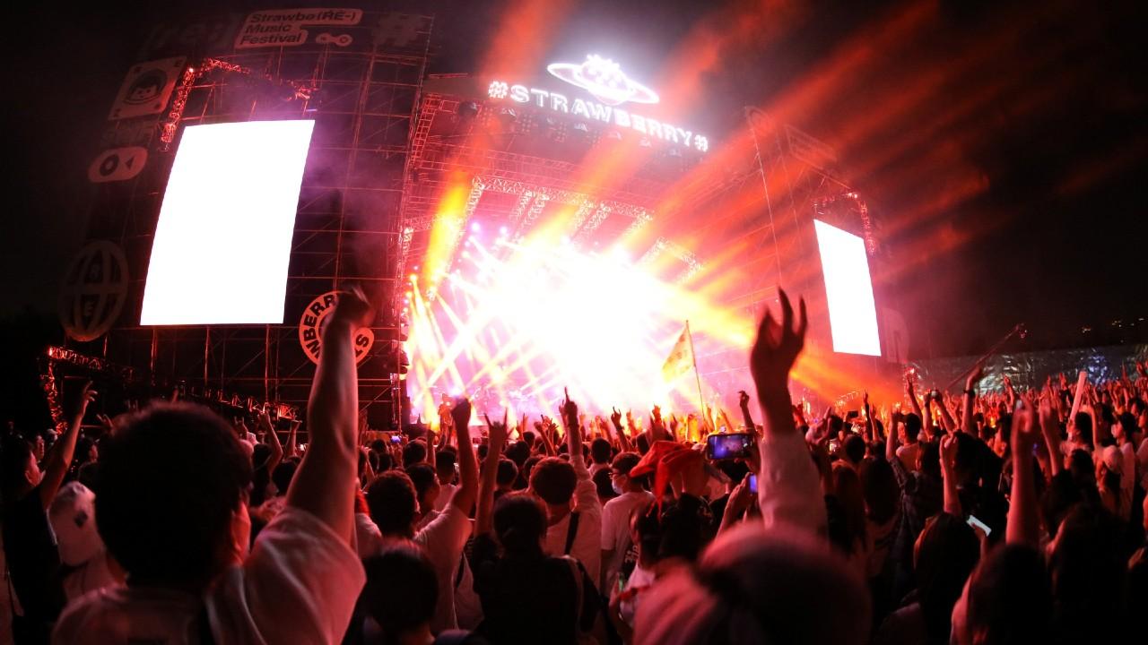Wuhan se olvida del COVID-19 y realiza concierto con miles de personas sin cubrebocas