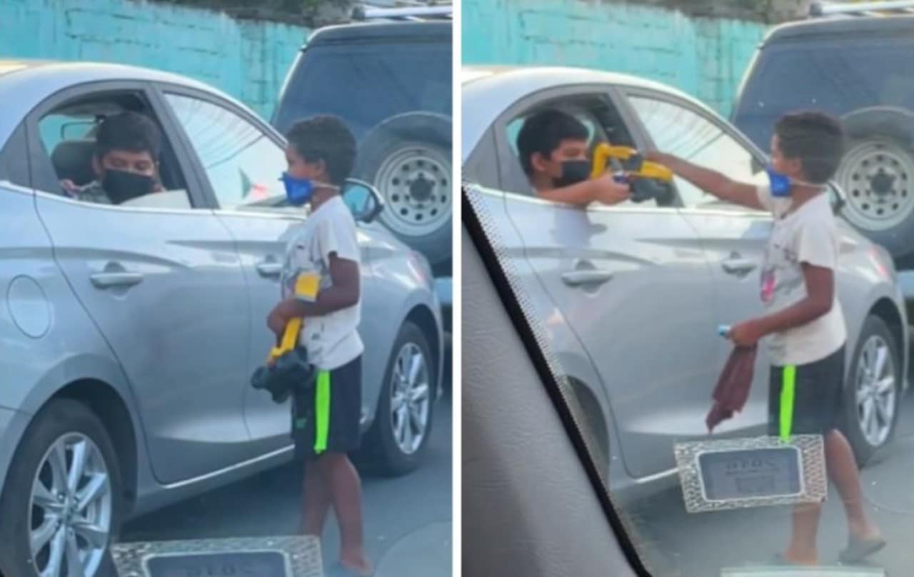 Niño comparte juguetes con niño que limpia parabrisas: video