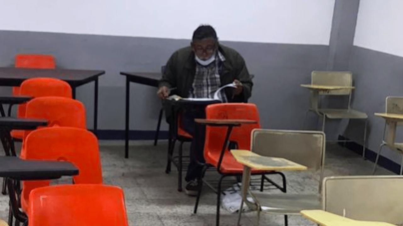 Abuelito hace examen para cumplir sueño de volverse abogado
