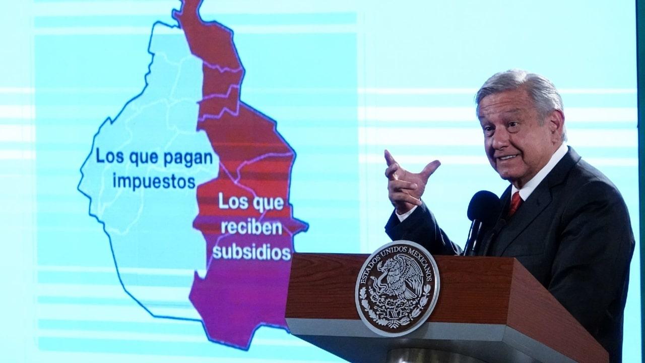 Andrés Manuel López Obrador muestra una de las imágenes que se hicieron virales tras las elecciones del pasado 6 de junio