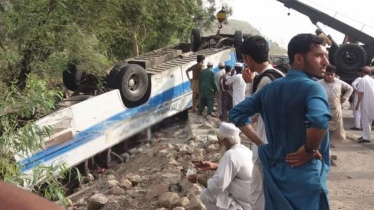 Autobús con peregrinos vuelca en Pakistán y deja 19 fallecidos