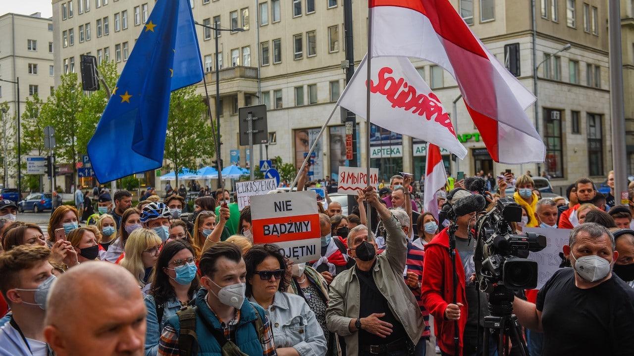 Un hombre sostiene una bandera de Bielorrusia y la Unión Europea durante una protesta (Getty Images)