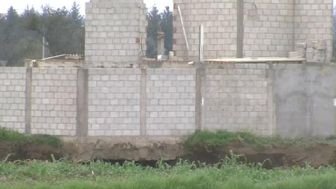 Cae parte de una barda a socavón en Puebla