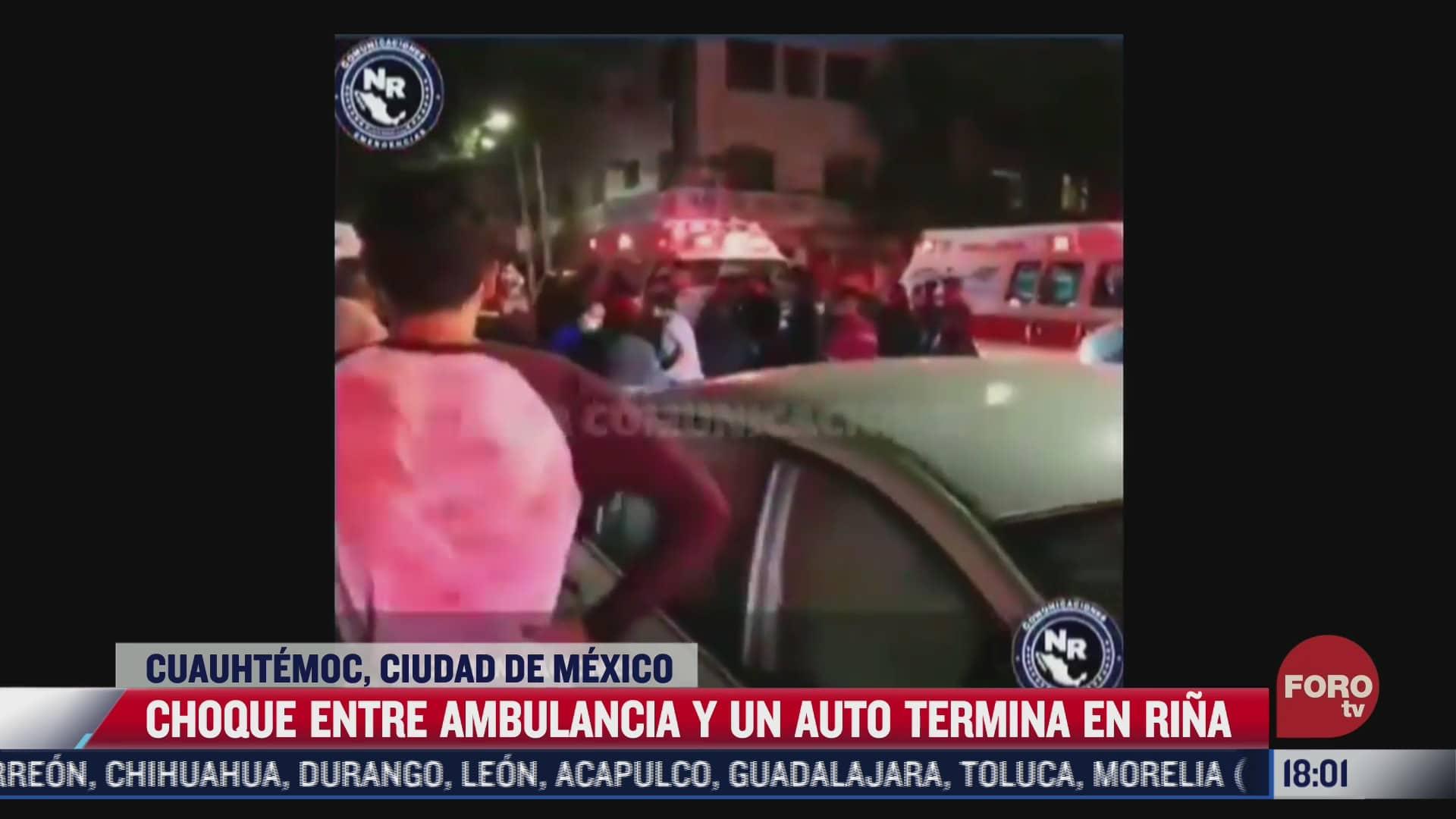 choque entre ambulancia y auto termina en rina en cdmx