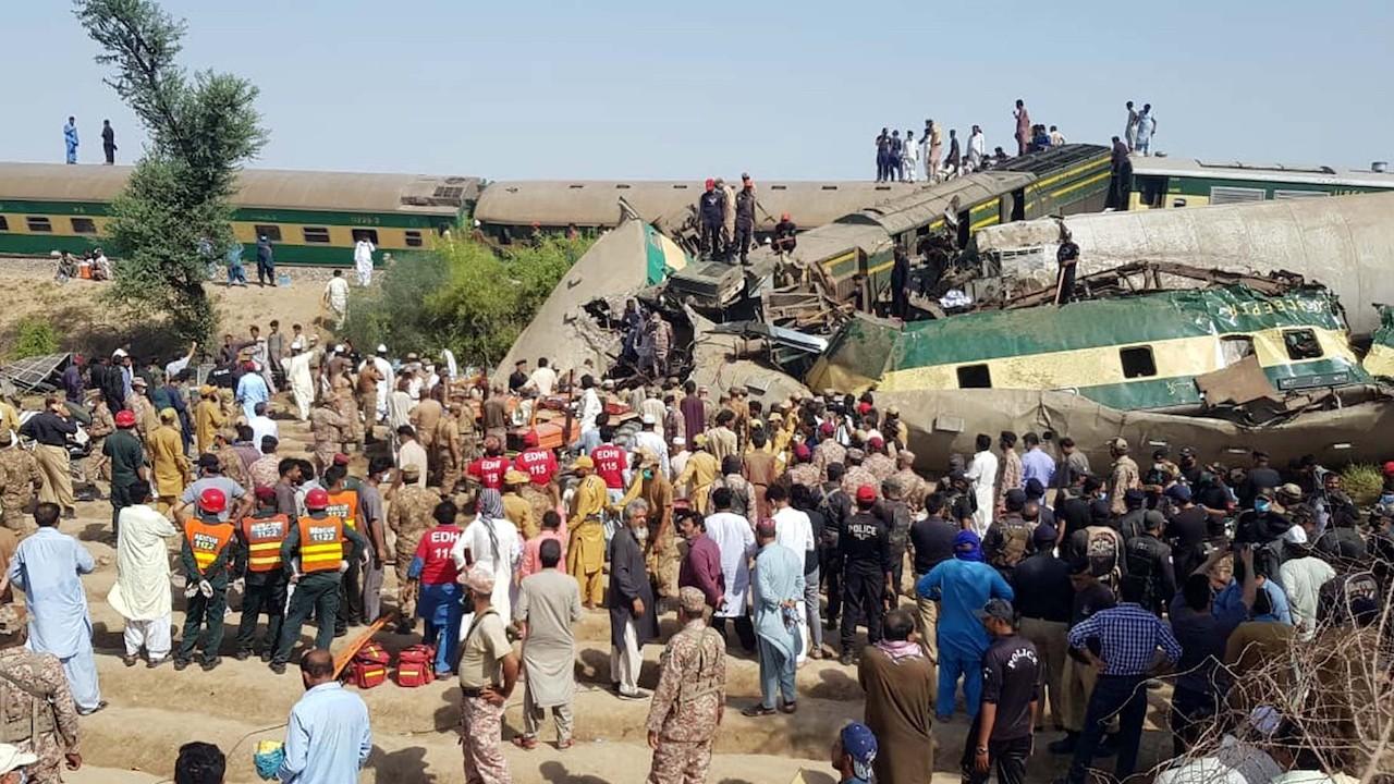 Un tren rápido se estrelló contra otro que se había descarrilado en Pakistán (Reuters)