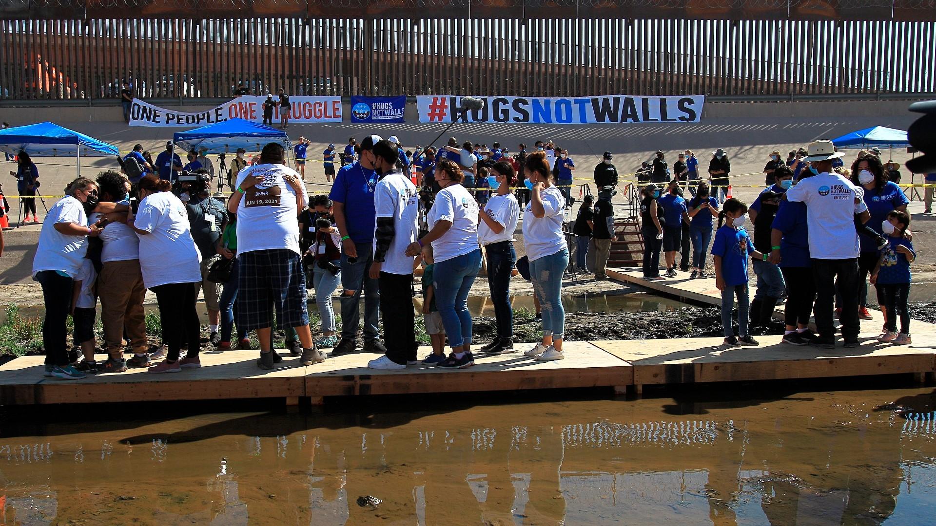 Cientos de familias migrantes se reúnen en la frontera con Estados Unidos