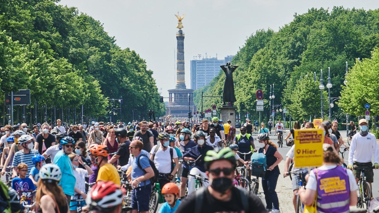 Participación de ciclistas en Berlín, Alemania (Reuters)