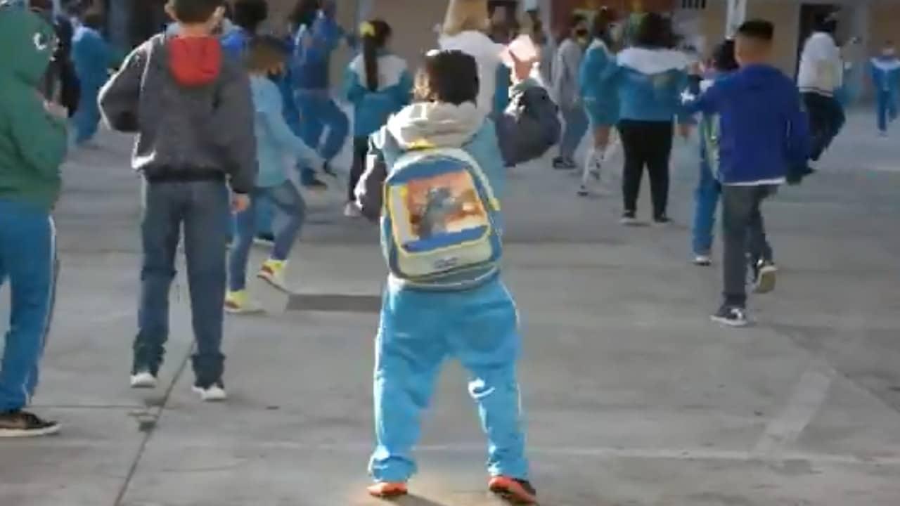 Con baile y poca afluencia, niños festejan haber regresado a clases presenciales en CDMX