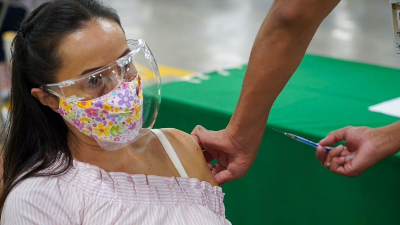 Continúa la vacunación contra COVID-19 en México