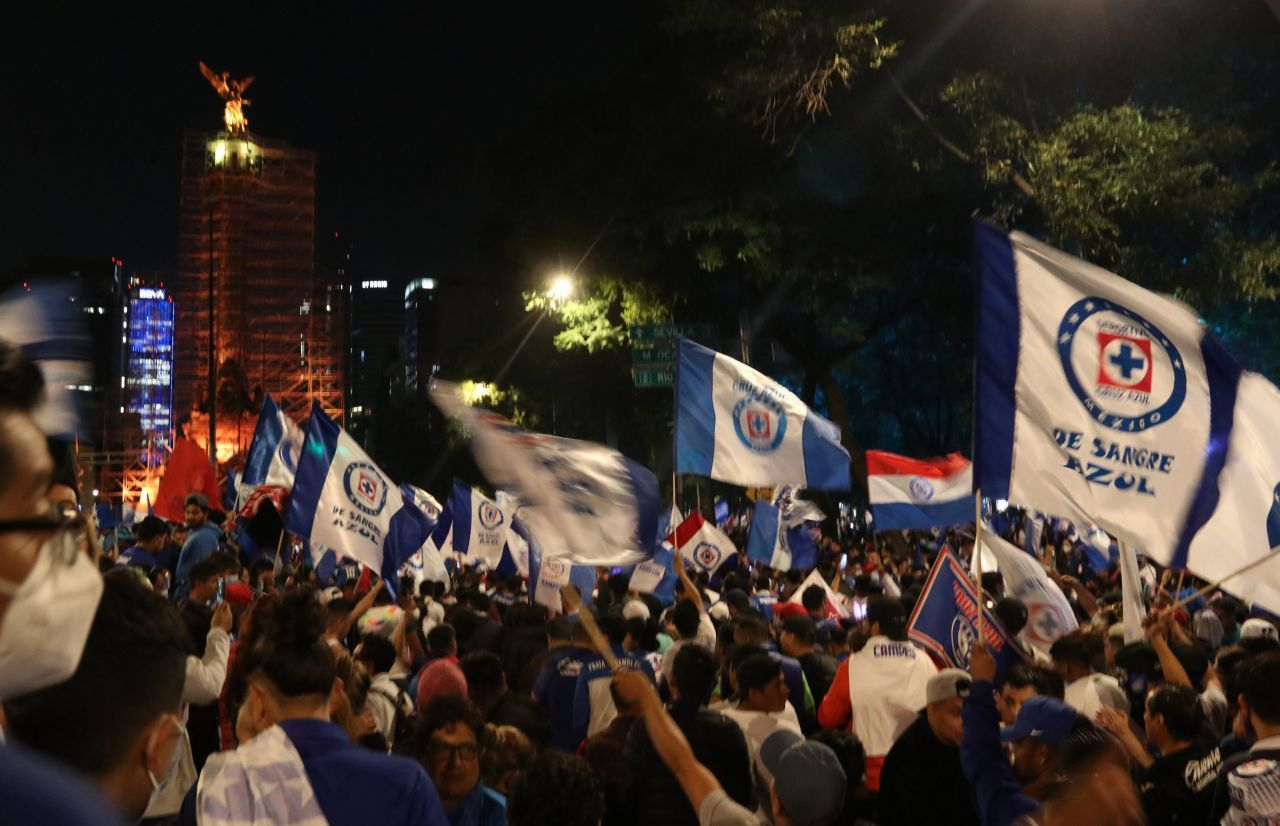 Feministas critican festejo del Cruz Azul en el Ángel