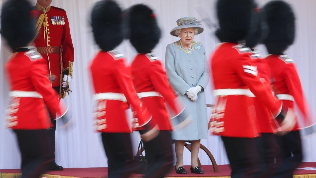 La reina Isabel II celebra su cumpleaños 95 con una ceremonia reducida en Windsor.