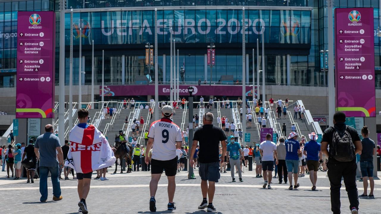 Derrumbe de una tribuna del estadio de Wembley deja 1 herido grave