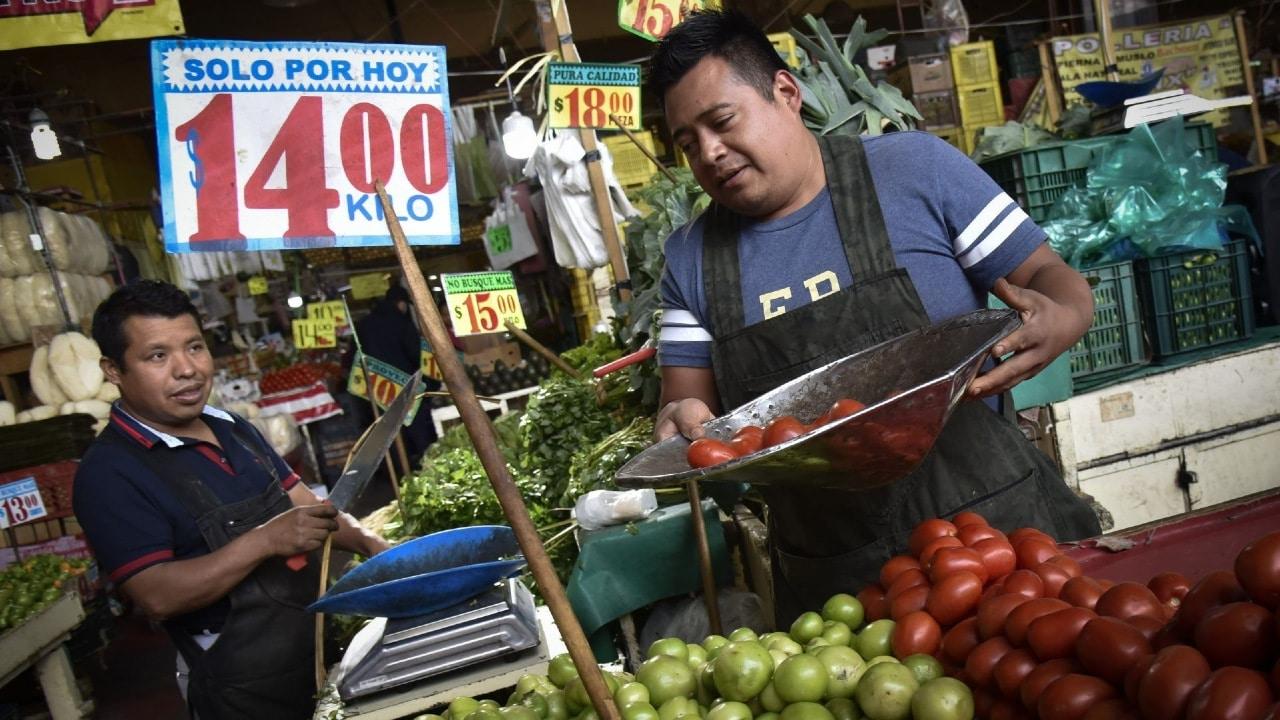 Fotografía que muestra a comerciamtes en un mercado de la Ciudad de México.
