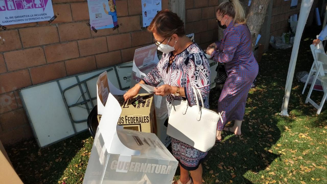 Ciudadanos mexicanos emiten su voto