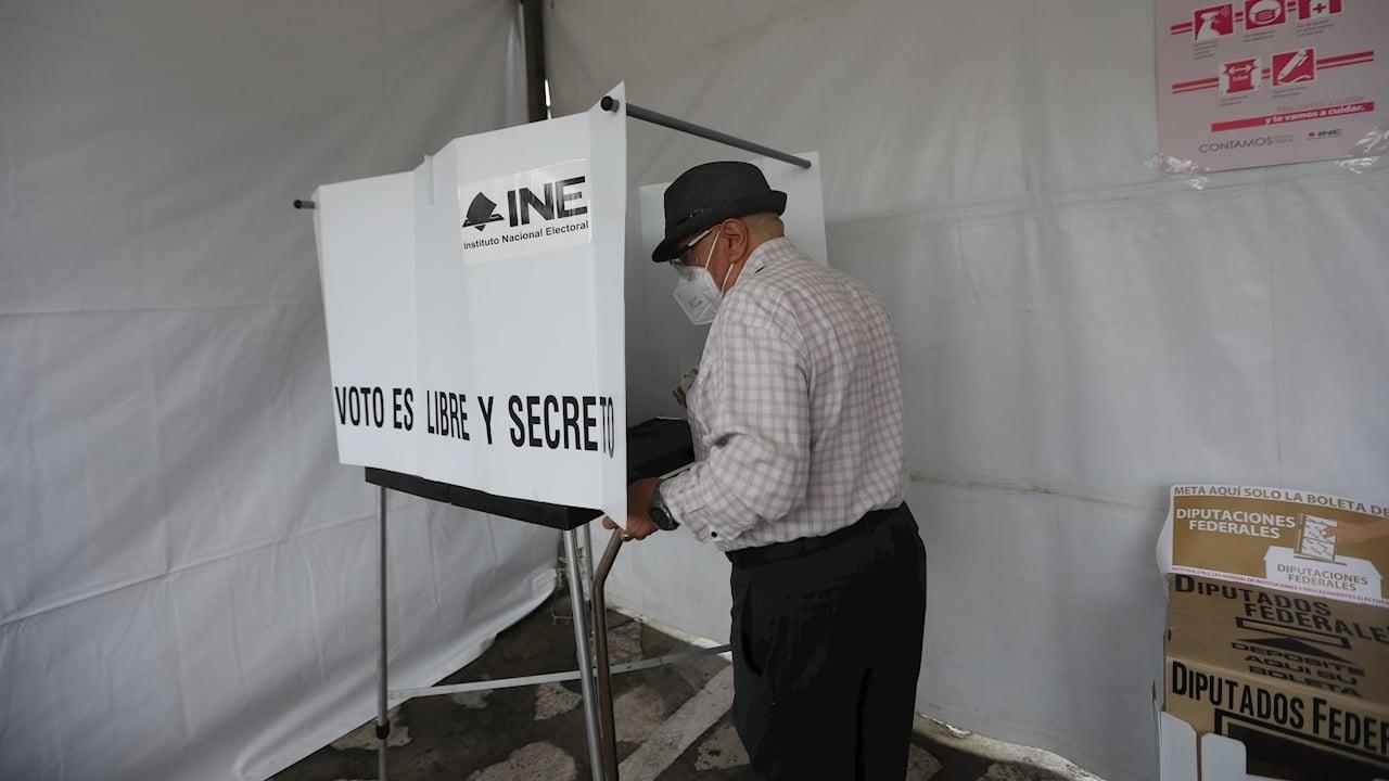 Ciudadanos mexicanos emiten su voto hoy 6 de junio en los centros de votación