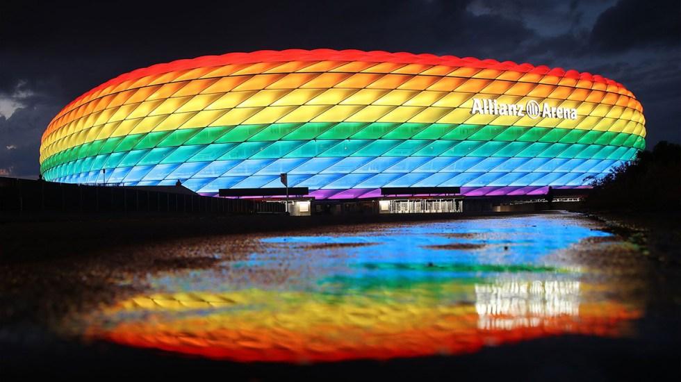 estadio-allianz-arena-iluminado-con-colores-del-arco-iris