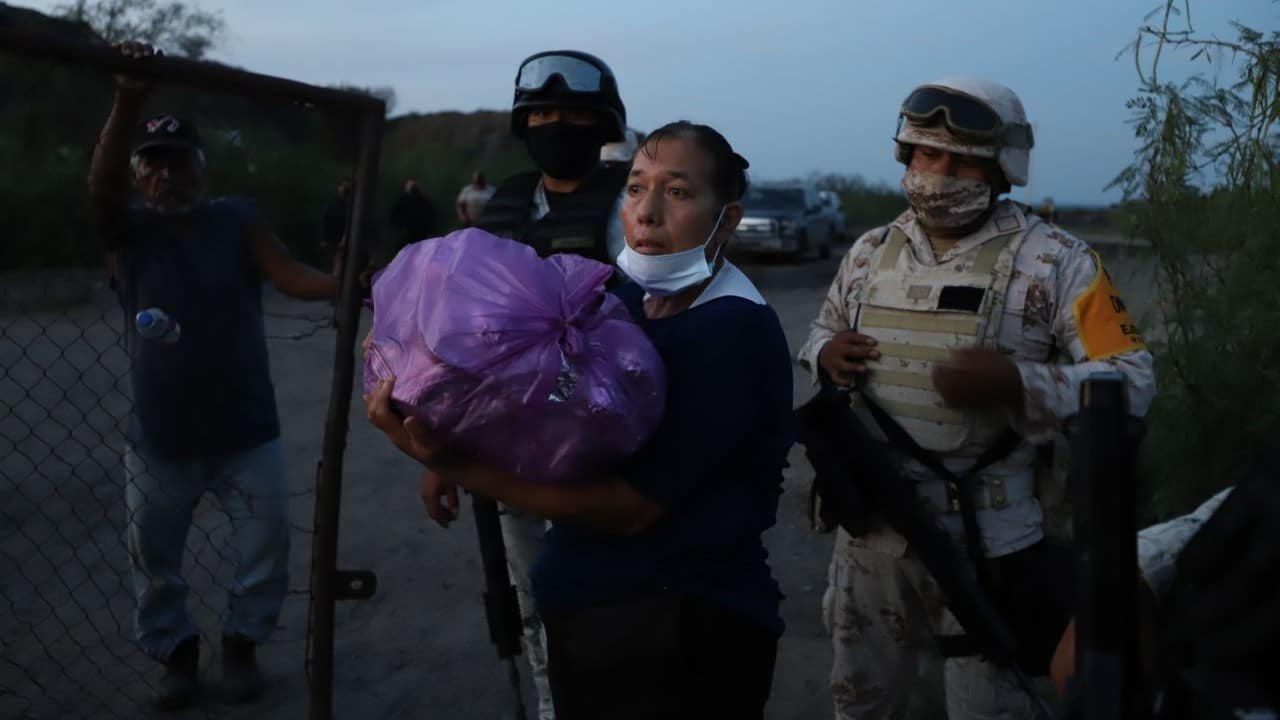 Familiares de mineros atrapados en Coahuila