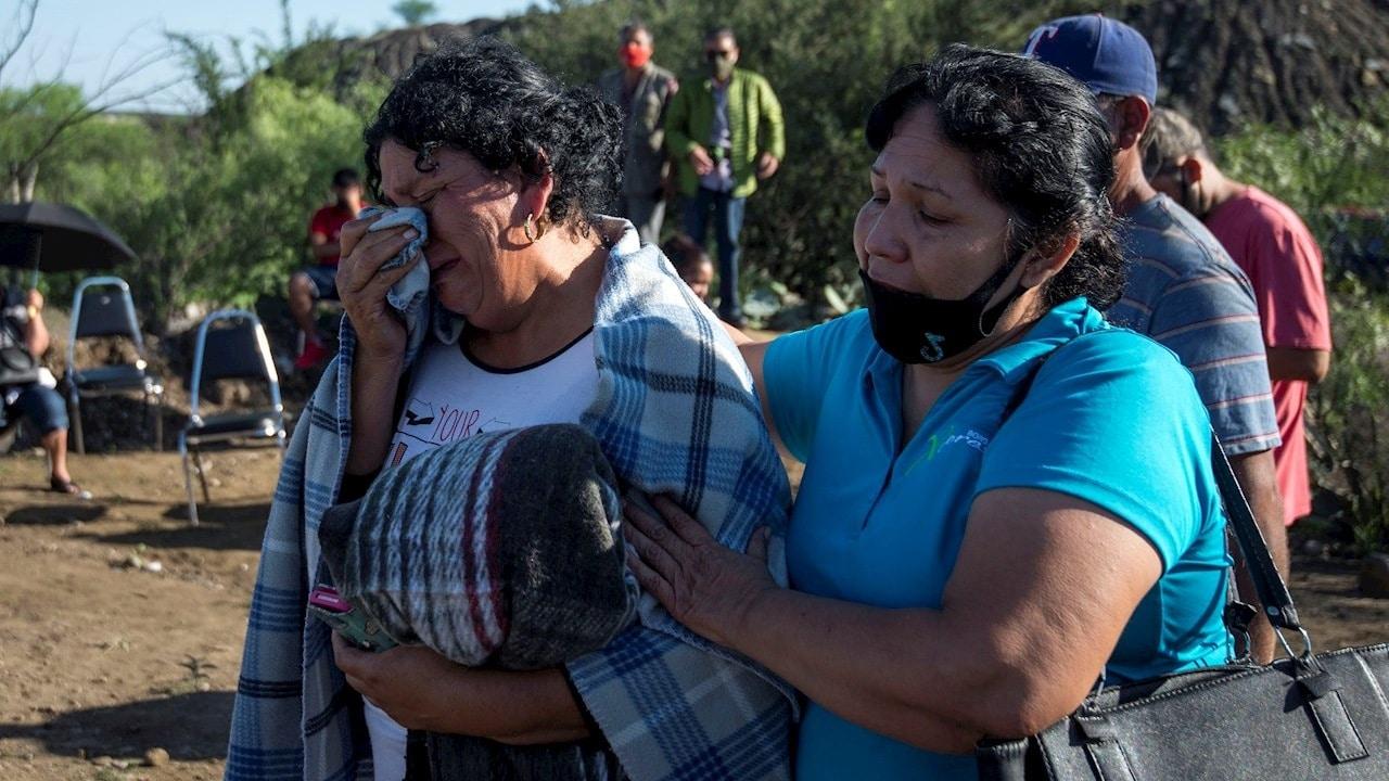 Familiares de los mineros esperan información de parte de elementos de Protección Civil a las afueras de la mina en Coahuila