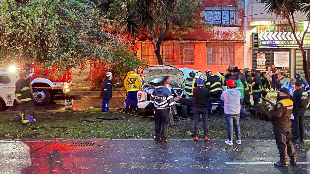 Impactante choque de camioneta con árbol deja tres muertos en CDMX
