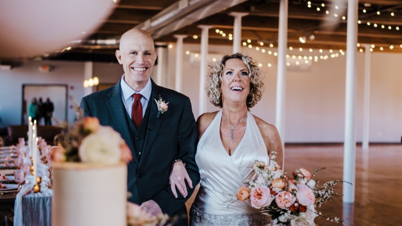 Hombre con Alzheimer le propone matrimonio a su esposa