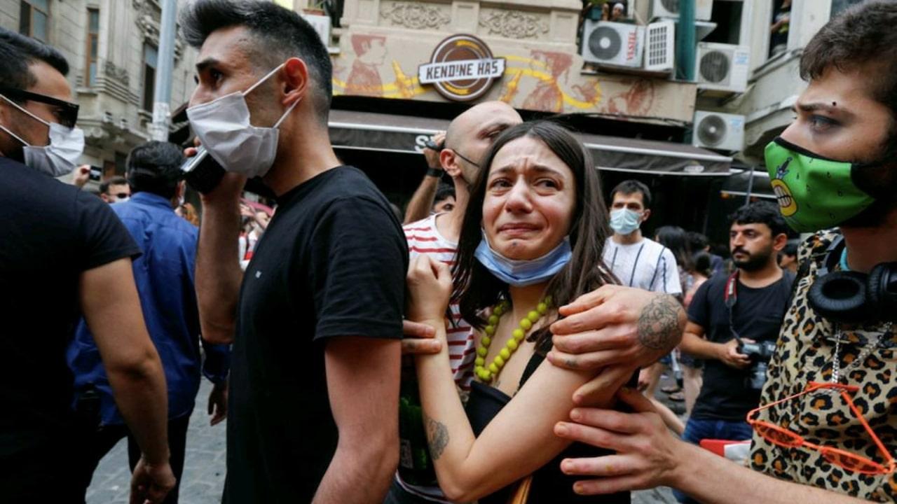 Policías disparan lacrimógeno a comunidad LGBTQ+ en Turquía