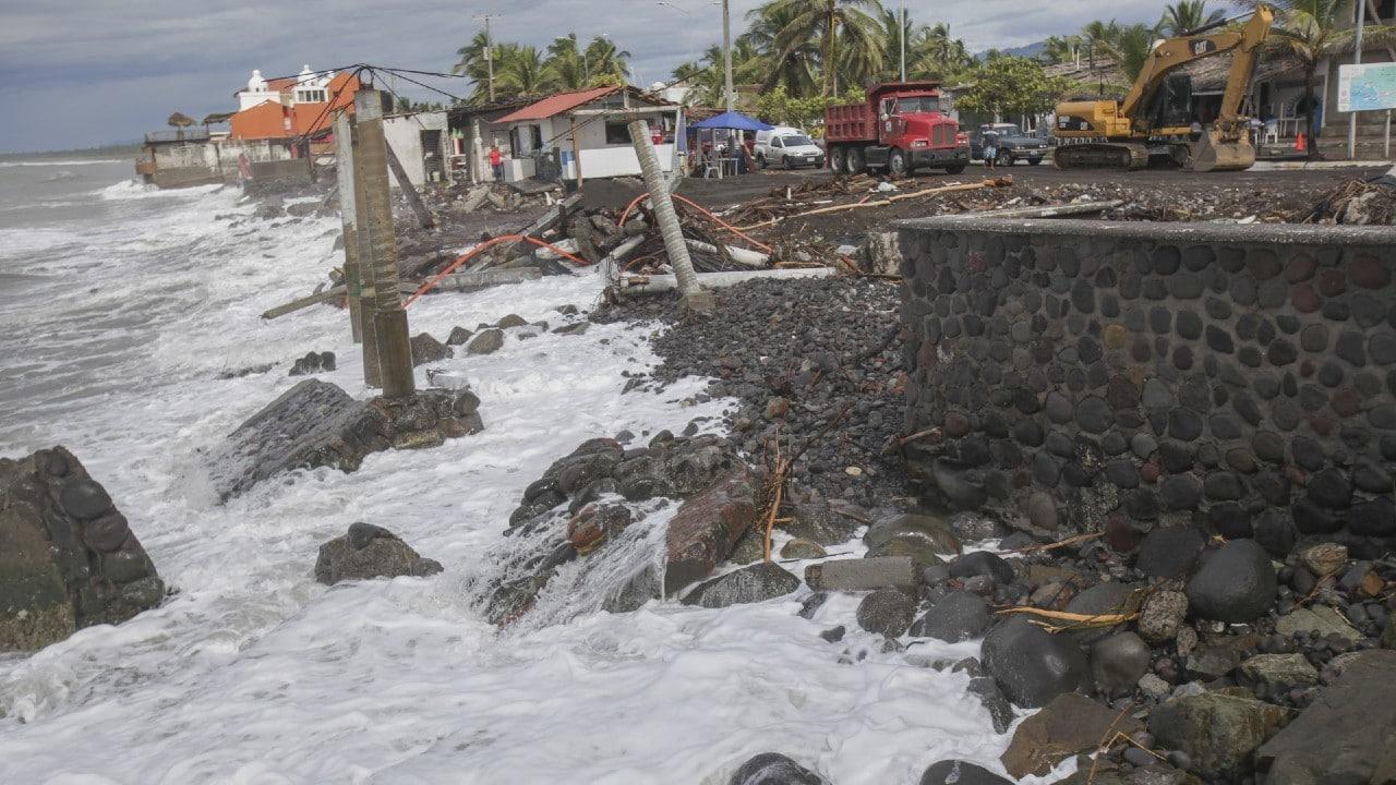 Fuerte marejada provoca olas de hasta 6 metros de altura en Colima
