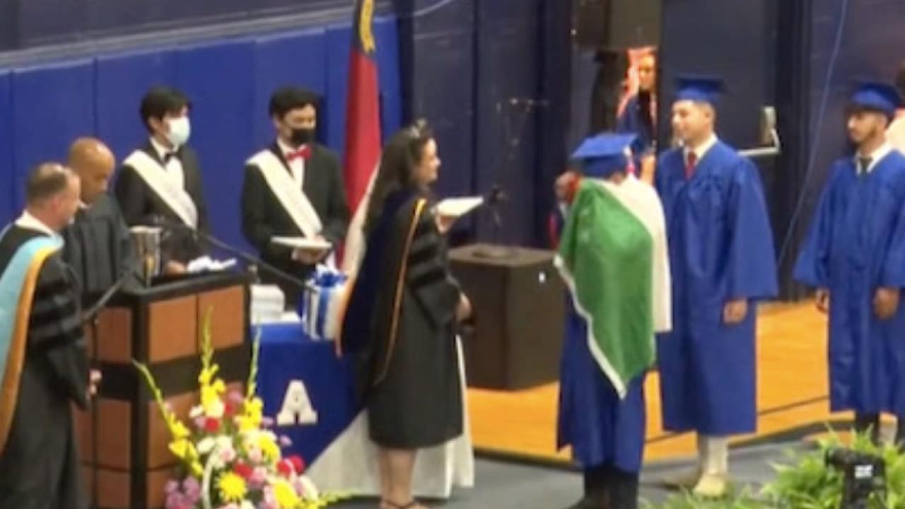 Niegan-diploma-a-alumno-por-portar-bandera-mexicana