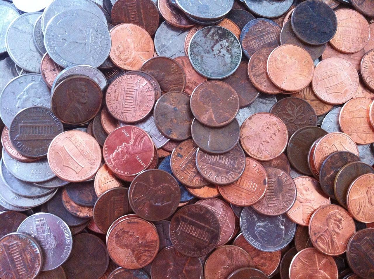 Hombre tira 80 mil centavos como último pago de manutención