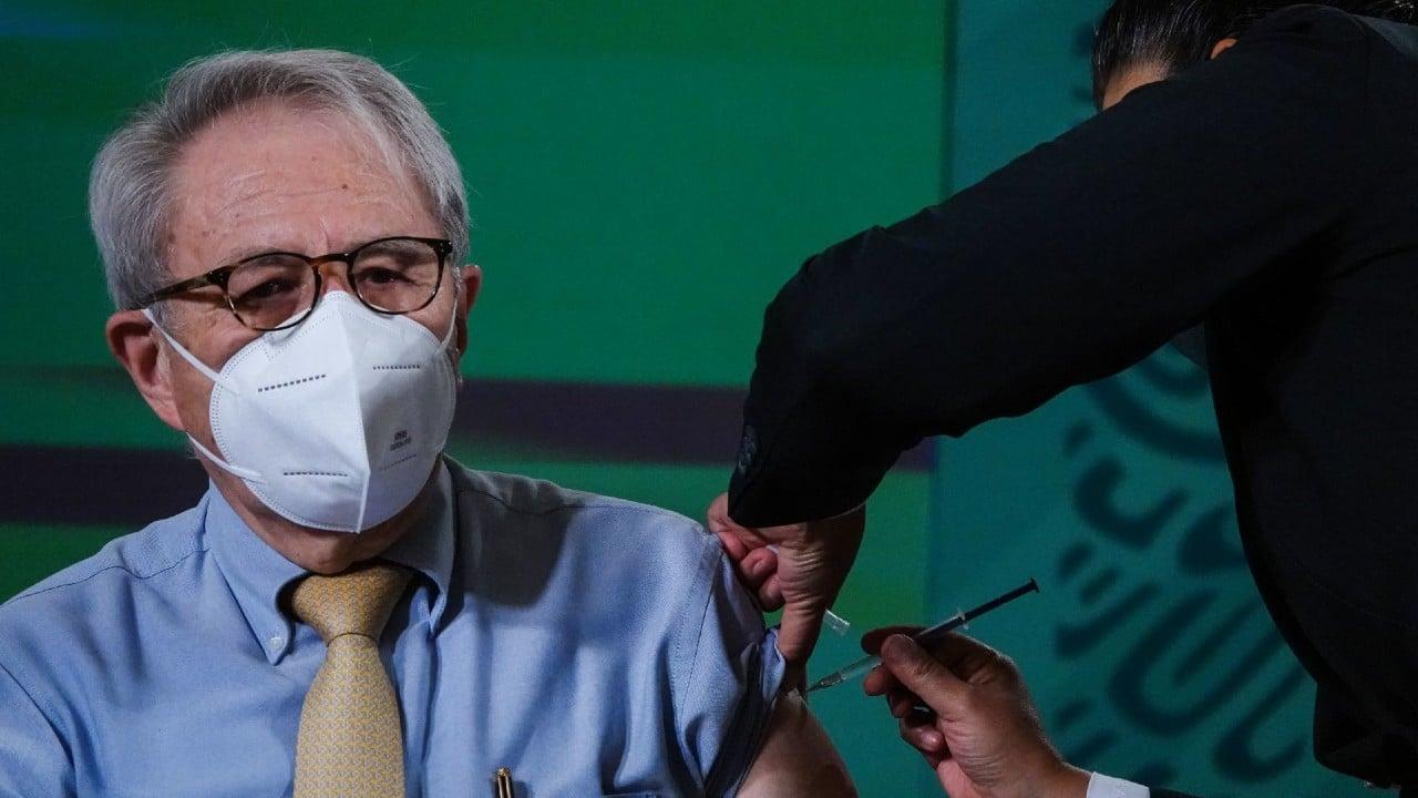 Jorge Alcocer recibe segunda dosis de vacuna COVID-19
