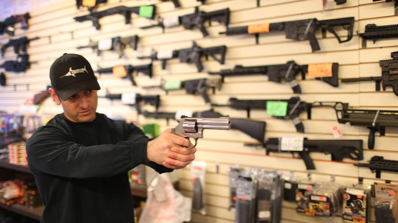 Juez anula prohibición de armas de asalto en California tras tres décadas en vigor