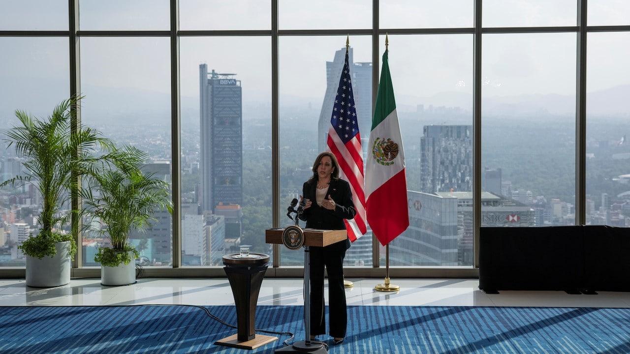La vicepresidenta de Estados Unidos, Kamala Harris, ofrece una conferencia de prensa en Reforma (Reuters)