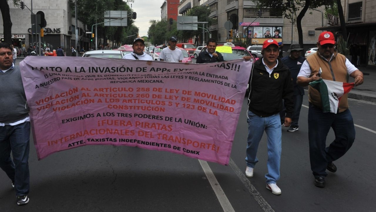 Diversas agrupaciones se manifiestan en diferentes puntos de la Ciudad de México