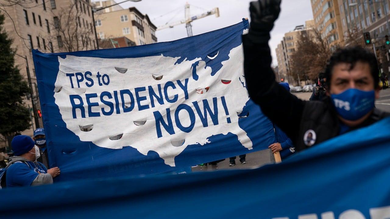 Las familias de TPS marchan en Washington instando al Congreso a aprobar una legislación sobre inmigración (Getty Images)