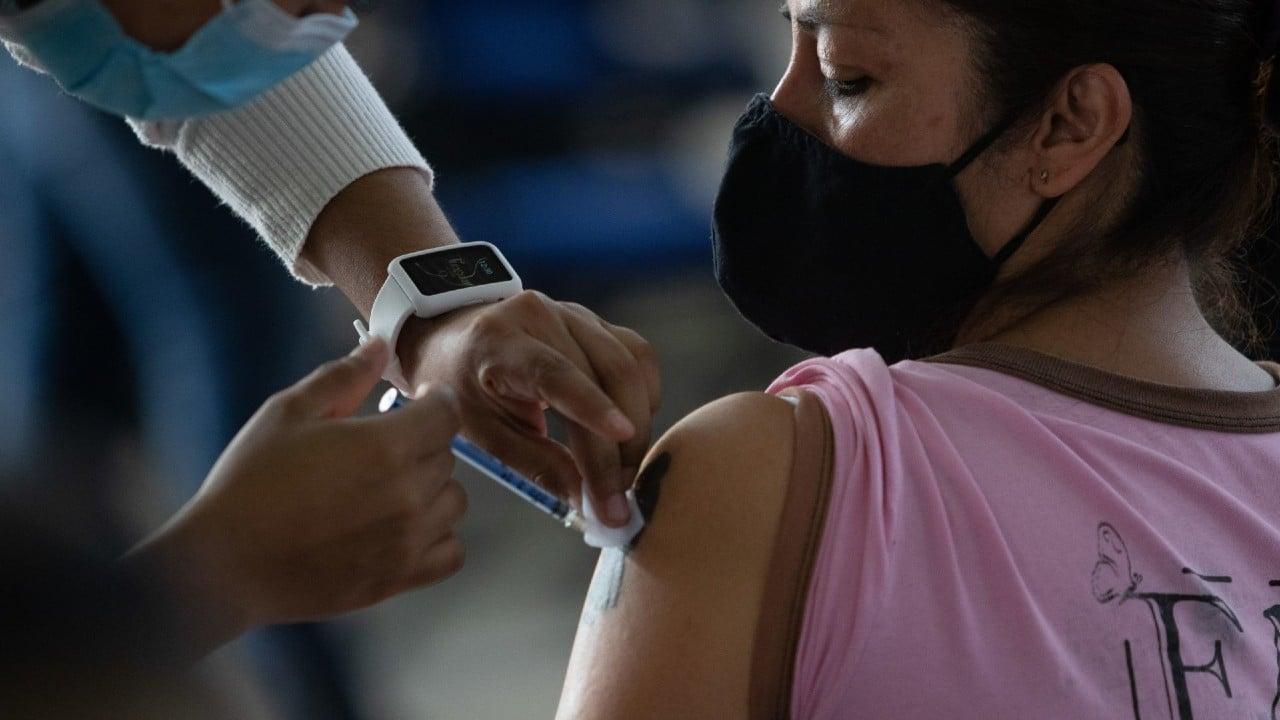 Migrantes centroamericanos reciben vacuna COVID en Tijuana