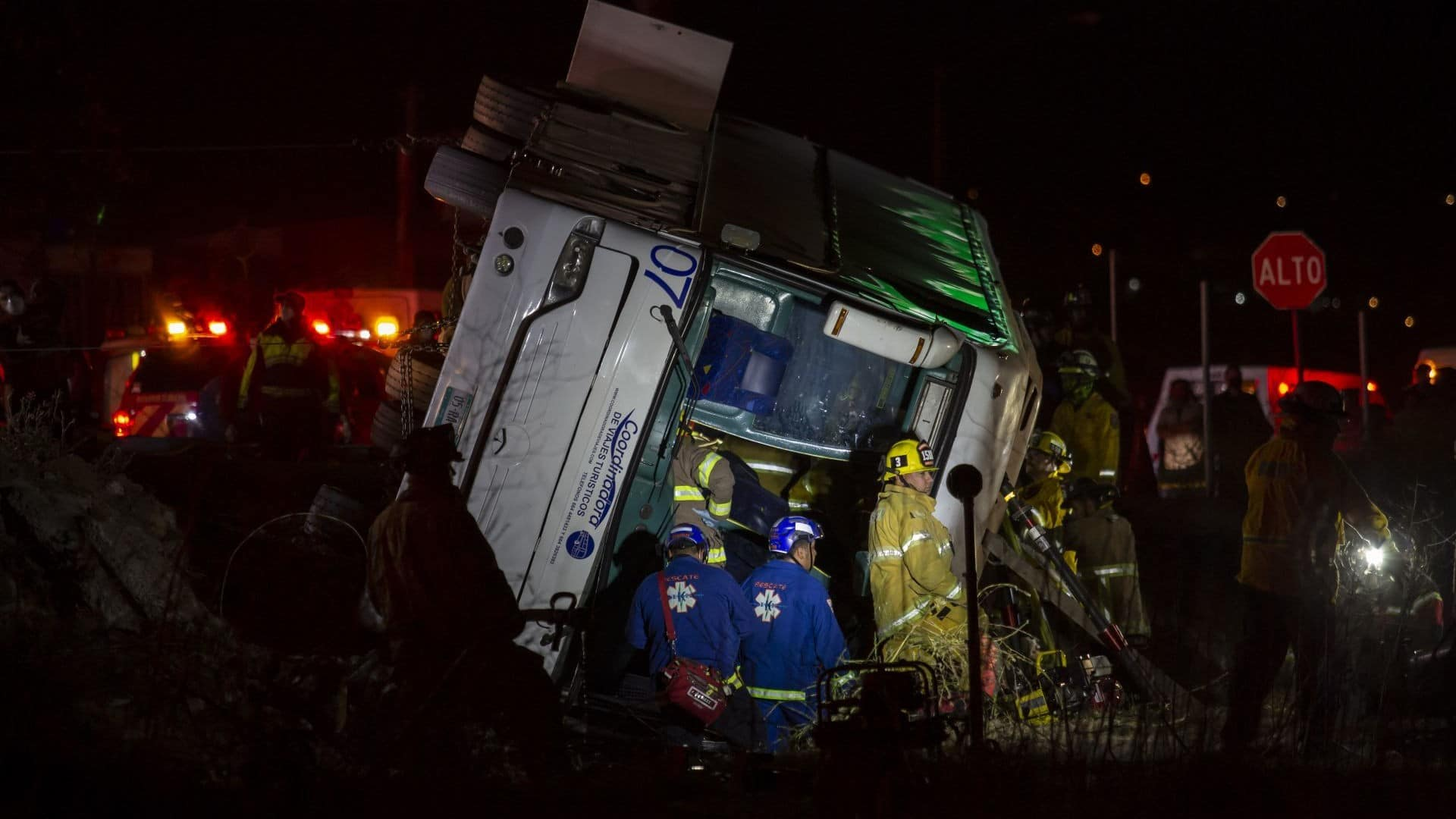 Mueren 7 personas y 34 resultan heridas tras volcar un autobús en Baja California