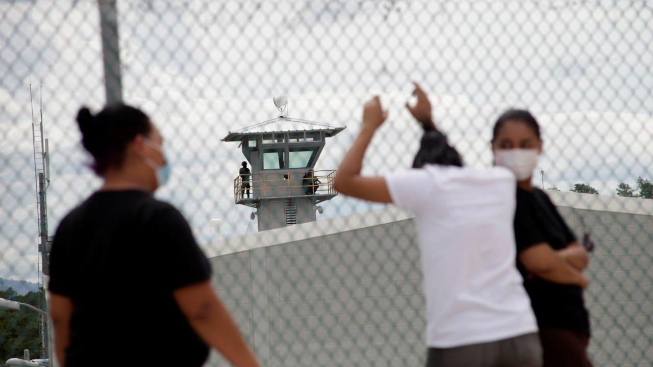 Mueren cinco reos y 39 personas resultan heridas en enfrentamiento entre pandillas en cárcel de Honduras.