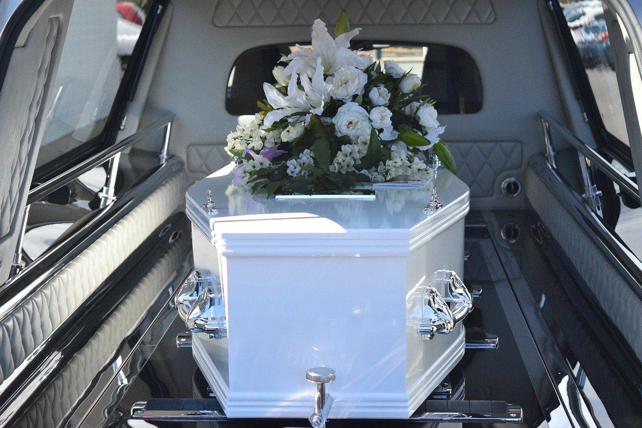 Mujer prohíbe a su familia asistir a su funeral y se hace viral